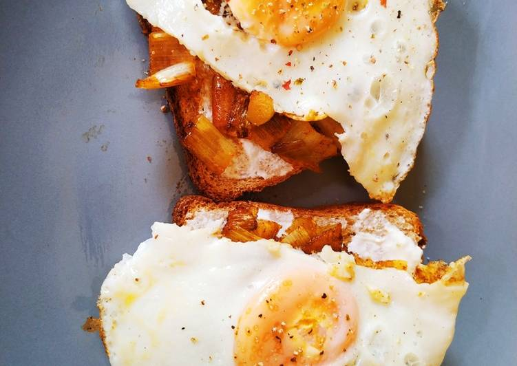Delicious Eggs and leek on toast breakfast In 19 minutes_5f785583eb82e.jpeg