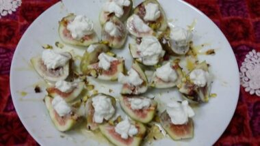 Easiest Way to Cook Appetizing Figs with Honey-Cream and Pistachios_5f78506017f39.jpeg